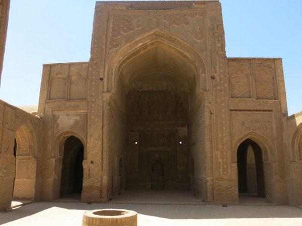 نمای یکی از ایوانهای مسجد جامع فرومد و ایوانکهای دو طرف آن